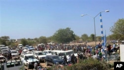 Civilians fleeing violence seek refuge at UN compound in Bor, Jonglei state, South Sudan, Dec. 18, 2013.