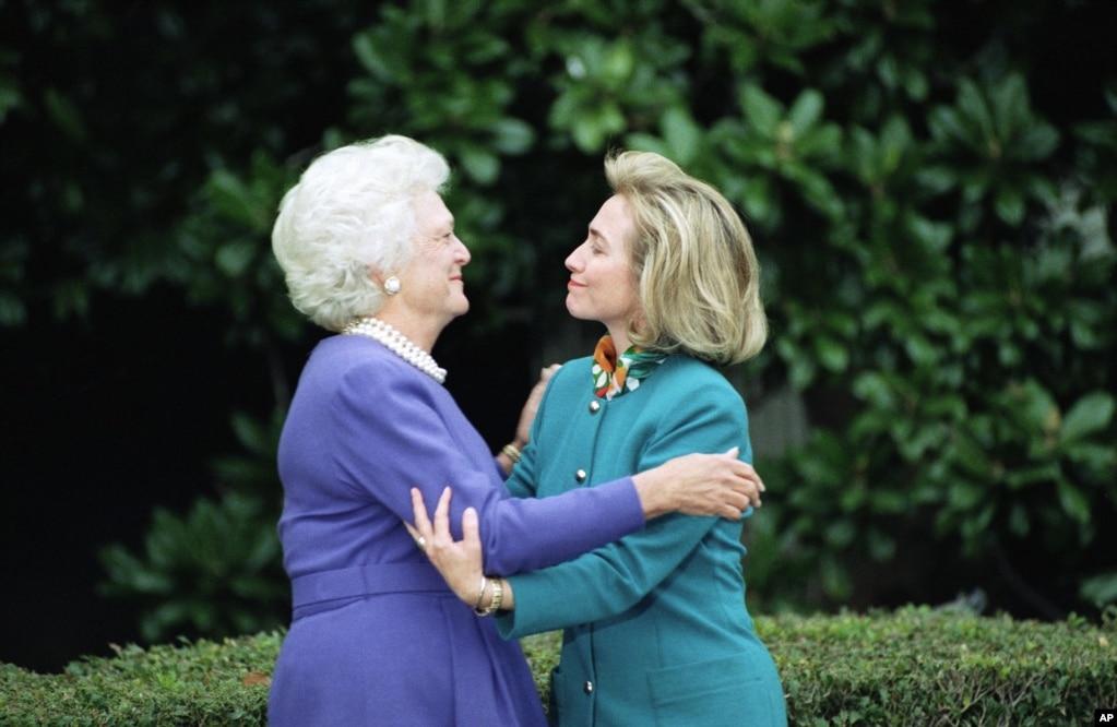 1992年11月19日,第一夫人芭芭拉·布什在華盛頓的白宮迎接下一位第一夫人希拉里·克林頓。