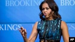 """La esposa del presidente Barack Obama, Michelle Obama, dijo que lo mejor que se le puede heredar a los niños y niñas es una buena """"educación""""."""