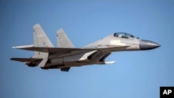 资料照片:这张由台湾国防部公布的未注明日期的照片中,中国解放军空军的歼-16战斗机正在飞行。飞机具体位置不详。