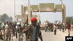 Các chiến binh chống ông Gaddafi chiếm được cổng El-Khamseen, cửa đông thành phố Sirte, Libya, ngày 24 tháng 9, 2011