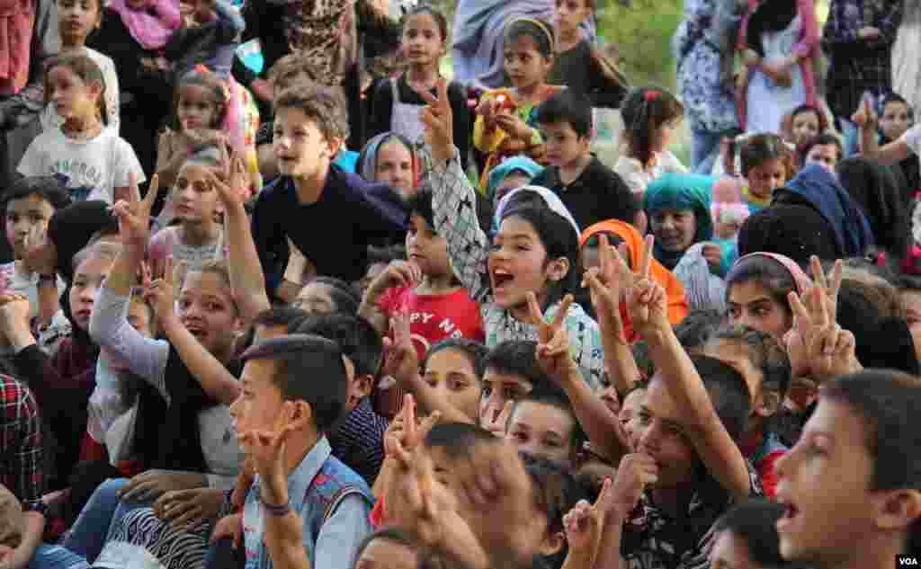اطفال هیجان زده و شاد از نمایشهای گروه سرکس