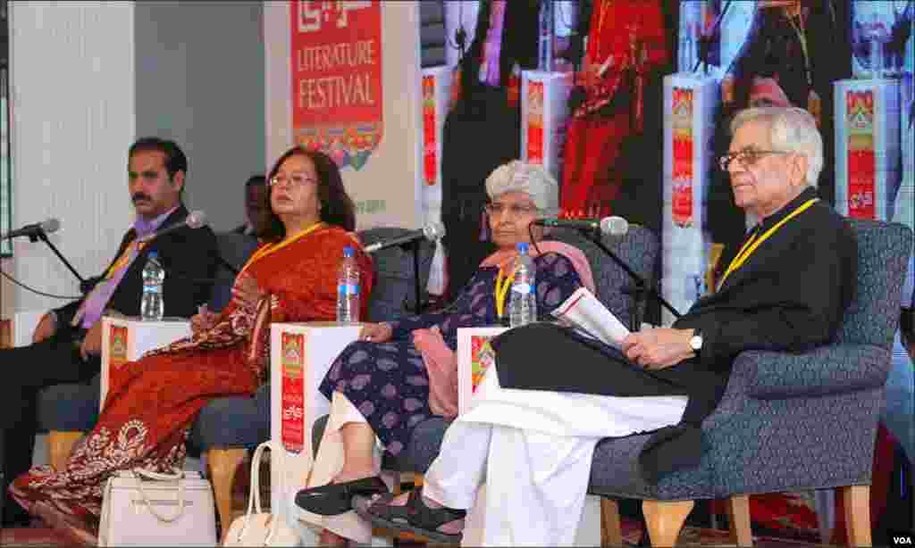 """فیسٹیول کا ایک اور سیشن جسے خوب پذیرائی ملی اس کا عنوان تھا """"سرکاری اردو ۔۔ عوامی اردو۔"""" سیشن میں عارفہ سیدہ زہرہ، ناصر عباس نیر، مسعود اشعر اور فاطمہ حسن شامل تھیں۔"""