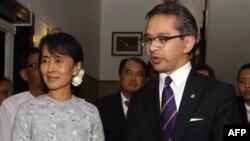 Bộ trưởng Ngoại giao Indonesia Marty Natalegawa và bà Aung San Suu Kyi nói chuyện với báo chí ở Yangon, Miến Điện, 29/10/2011