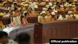 Para anggota parlemen baru Myanmar dalam acara pengambilan sumpah hari Senin (1/2).