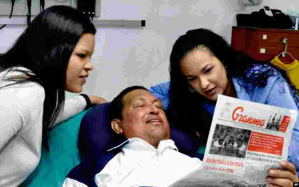 Chávez leela edición del 14 de febrero del periódico más importante de Cuba, Granma.