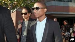 Pharrell Williams (kanan) meninggalkan Pengadilan Federal Los Angeles setelah memberikan kesaksian dalam persidangan pekan lalu (4/3).