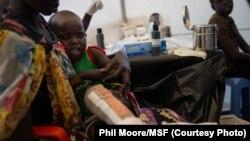 Seorang anak yang kakinya cedera mendapat perawatan dari staf Médecins Sans Frontières (MSF) di sebuah tenda yang dibangun oleh organisasi tersebut di Juba, Sudan Selatan (12/1/2014).