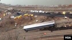Uno de los vagones del descarrilamiento del tren in el Bronx, Nueva York, en el que murieron cuatro personas. [Foto: Celia Mendoza, VOA].