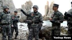 이영주 해병대사령관(가운데)이 지난 1월 서북도서 최전방 해병대 6여단을 방문해 동계작전 태세를 점검하고 있다. (자료사진)