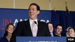 Kandidat capres partai Republik AS, mantan senator Rick Santorum menyampaikan pidato kemenangannya di Lafayette (13/3).