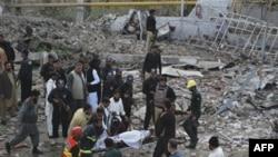 Пакистанські рятувальники несуть пораненого під час вибуху у Фейсалабаді