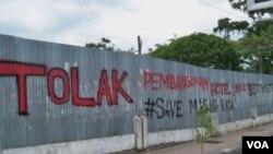Graffiti warga yang menolak rencana pembangunan Hotel Best Western dan Mall di dekat lokasi Masjid Raya Banda Aceh (foto: dok).