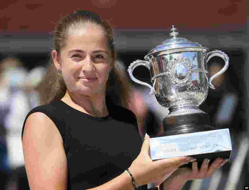 پیروزی «یلنا اوستاپنکو» تنیسور لیتوانی در مقابل «سیمونا هالپ» رومانیایی در تنیس آزاد فرانسه.