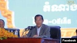 រូបឯកសារ៖ នាយករដ្ឋមន្ត្រីកម្ពុជាលោក ហ៊ុន សែន ចូលរួមមហាសន្និបាតបក្សដែលមានរយៈពេលបីថ្ងៃ នៅរាជធានីភ្នំពេញ កាលពីថ្ងៃសុក្រ ទី១៩ ខែមករា ឆ្នាំ២០១៨។ (រូបដកស្រង់ពីហ្វេសប៊ុក Samdech Hun Sen, Cambodian Prime Minister)