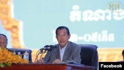 នាយករដ្ឋមន្ត្រីកម្ពុជាលោក ហ៊ុន សែន ចូលរួមមហាសន្និបាតបក្សដែលមានរយៈពេលបីថ្ងៃ នៅរាជធានីភ្នំពេញ កាលពីថ្ងៃសុក្រ ទី១៩ ខែមករា ឆ្នាំ២០១៨។ (រូបដកស្រង់ពីហ្វេសប៊ុក Samdech Hun Sen, Cambodian Prime Minister)