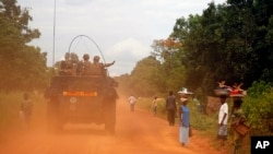 Des soldats français patrouillent dans Sibut, 11 avril 2014