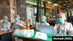Petugas Dinas Kesehatan Bantul melakukan rapid tes di lingkungan Pemkab, 28 Mei 2020. (Foto: Nurhadi)