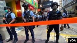 香港警察6月28日在旺角弥敦道一带针对网民发起的静默游行严密布防,有区议会形容是变相宵禁。 (美国之音/汤惠芸)