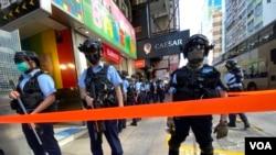香港警察6月28日在旺角彌敦道一帶針對網民發起的靜默遊行嚴密佈防,有區議會形容是變相宵禁。(美國之音湯惠芸)