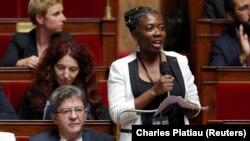 Anggota parlemen Perancis, Daniele Obono (kanan) dan Jean-Luc Melenchon (kiri), di Majelis Nasional di Paris, Perancis, 24 Oktober 2017 (Foto: REUTERS/Charles Platiau)