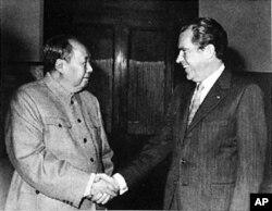 尼克松与毛泽东握手