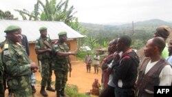 Les militaires congolais calment la population à Miriki, à 110 kilomètres au nord de Goma, dans l'est de la République Démocratique du Congo, 7 janvier 2016.