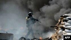 Slovyansk kentinde Rusya yanlısı militanların terkettiği bir kontrol noktasına giren Ukraynalı asker