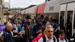 Di dân tại nhà ga xe lửa của thị trấn biên giới phía nam Passau của Đức, ngày 15/9/2015. Chính phủ Đức quyết định áp dụng các biện pháp kiểm soát biên giới để ngăn chặn làn sóng di dân.