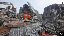 在印度尼西亚苏门答腊岛的棉兰市,调查人员在军用运输机坠毁地点进行搜寻。
