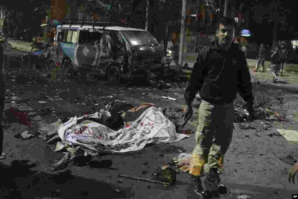 Pakistan'ın Lahor kentinde protestoculara yapılan bombalı saldırıda çok sayıda gösterici hayatını kaybetti.