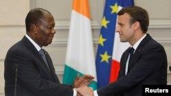 Le président Emmanuel Macron et son homologue ivoirien Alassane Ouattara à l'Élysée, France, le 11 juin 2017.