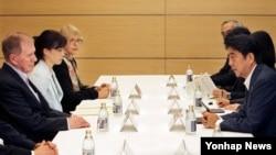 도쿄을 방문한 유엔 북한인권 조사위원회(COI) 마이클 커비 위원장(왼쪽)이 지난 30일 신조 아베 일본 총리(오른쪽)를 만나 납북자 문제 관련 사항을 듣고 있다.