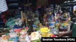 Faute d'argent de nombreux ivoiriens ont recours aux médicaments de rue comme ici à Adjame, Côte d'Ivoire, 29 mai 2017. (VOA/Ibrahim Tounkara).