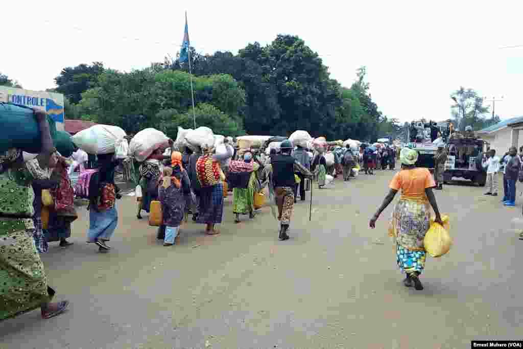 Des refugiés burundais encadrés par les Casques bleus quittent Kamanyola, RDC, le 7 mars 2018 (VOA/Ernest Muhero)