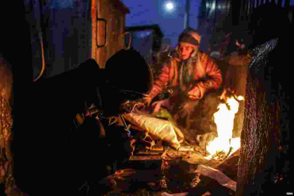 ایسنا عکسهایی با عنوان «درحاشیه» از ابتدای جاده سرخس در شرق مشهد منتشر کرده که فقر مردمان آن منطقه را نشان می دهد. عکس: صادق حاتمی