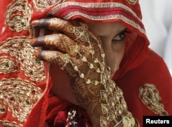 Seorang pengantin Muslim menunggu dimulainya upacara pernikahan massal di kota Ahmedabad, India barat. (Foto: Reuters)