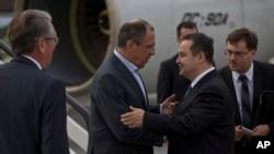 Ruskog ministra spoljnih poslova Sergeja Lavrova na aerodromu u Beogradu dočekao je srpski kolega Ivica Dačić.