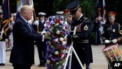 El presidente Donald Trump coloca una ofrenda floral en la tumba del soldado desconocido en el cementerio de Arlington en Virginia.
