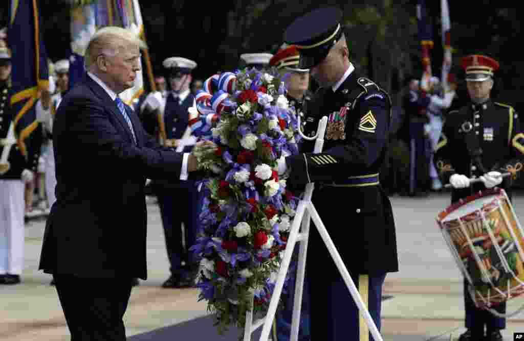 امریکی صدر ڈونالڈ ٹرمپ نے واشنگٹن سے کچھ ہی دور واقع آرلنگٹن نیشنل سیمیٹری میں نامعلوم سپاہی کی قبر پر پھولوں کی چادر چڑھائی۔
