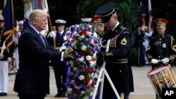 آقای ترامپ سبد گلی بر مزار سرباز گمنام قرار داد.