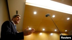 ລັດຖະມົນຕີການຕ່າງປະເທດສະຫະລັດ ທ່ານ John Kerry ທີ່ກອງປະຊຸມຖະແຫຼງຂ່າວ ຢູ່ນະຄອນຫຼວງ Addis Ababa ຂອງເອທີໂອເປຍ (25 ພຶດສະພາ 2013)
