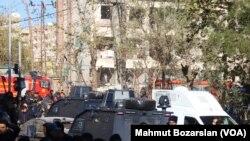 Diyarbakırda maşına yerləşdirilmiş bombanın partlamasından sonra polis hadisə yerində
