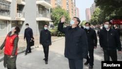 Ông Tập Cận Bình vẫy chào người dân bị cách ly tại một khu chung cư.