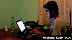 """Bloggerr Ibrahim Khalil của Bangladesh đã phải ẩn náu từ năm 2013 khi những người Hồi giáo đưa ra danh sách 84 blogger """"chống Hồi giáo"""" và kêu gọi hành quyết công khai."""