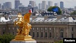 7月28日,法国外交部为空难遇难者降半旗致哀