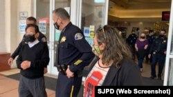 Cảnh sát trưởng thành phố San Jose thuộc California, ông Anthony Mata, tới Grand Century Mall cuối tuần trước.