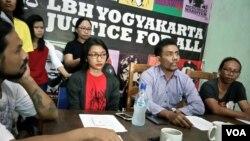 Andina Septia (kiri berkaca mata dan berkaos merah) dari komunitas perempuan Kolektif Betina dan Direktur LBH Yogyakarta Hamzal Wahyudin memberikan keterangan pers tentang intimidasi dan pembubaran paksa workshop musik Lady Fast, di kantor LBH Yogyakarta