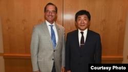 美国卫生与公众服务部部长阿扎尔8月29日在华盛顿会晤台湾卫生福利部长陈时中(图片来源:美国卫生与公众服务部部长阿扎尔官方推特)