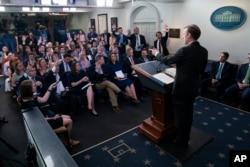 قومی سلامتی کے مشیر سولیون وائٹ ہاؤس میں صحافیوں کو صدر بائیڈن کے یورپی دورے کے متعلق بریفنگ دے رہے ہیں۔